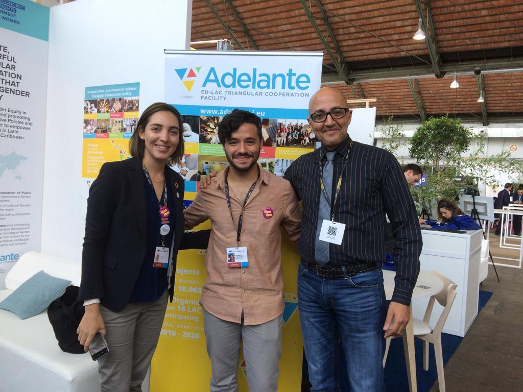 """Laura Cabral y Hicham Boughdadi de la Asistencia Técnica de ADELANTE recibiendo a Ariel Contreras, famoso bloguero dominicano y uno de los cuatro finalistas de la campaña """"Face2Hearts"""" que viajó a siete países de Latinoamérica para capturar y escribir historias de interés para la Unión Europea."""