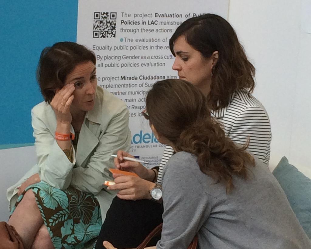 Victoria Wulff (Consejera en la Representación de España ante la UE), Nuria Carrero Riolobos (AECID) y Leticia Casan Jensen (DEVCO) intercambiando sobre el programa ADELANTE.