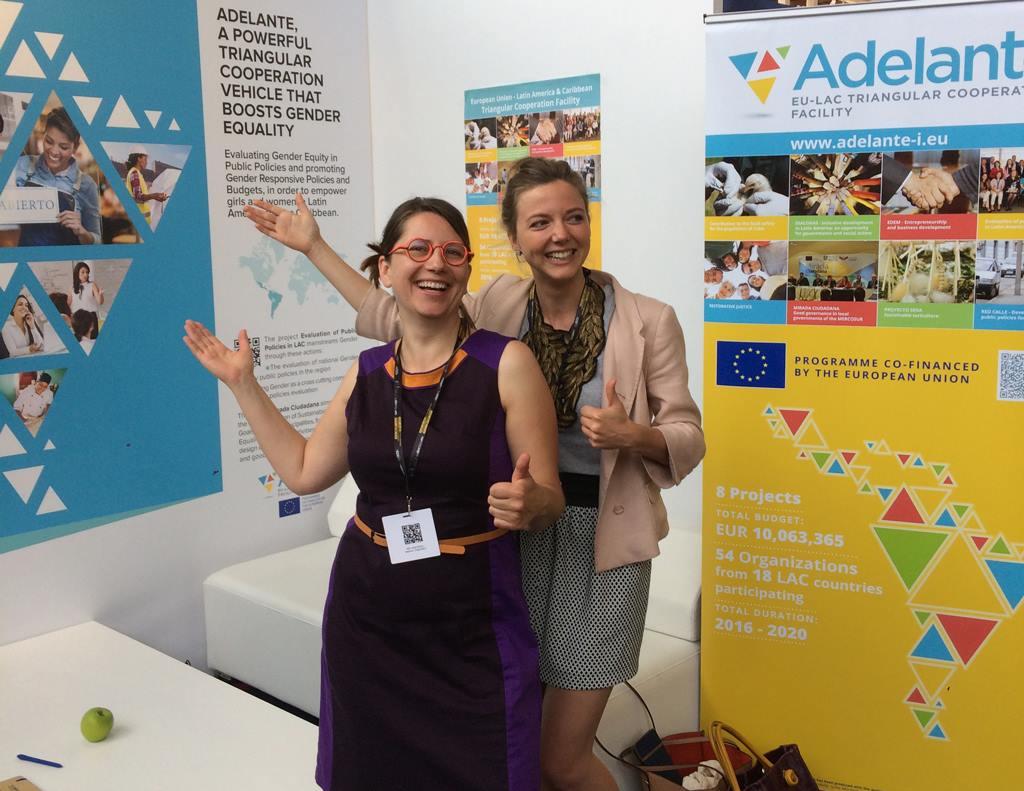 Nina Jere y Aurélie Peters de AdGrafics manifestando su apreciación por el diseño de nuestro stand. Gracias!!!