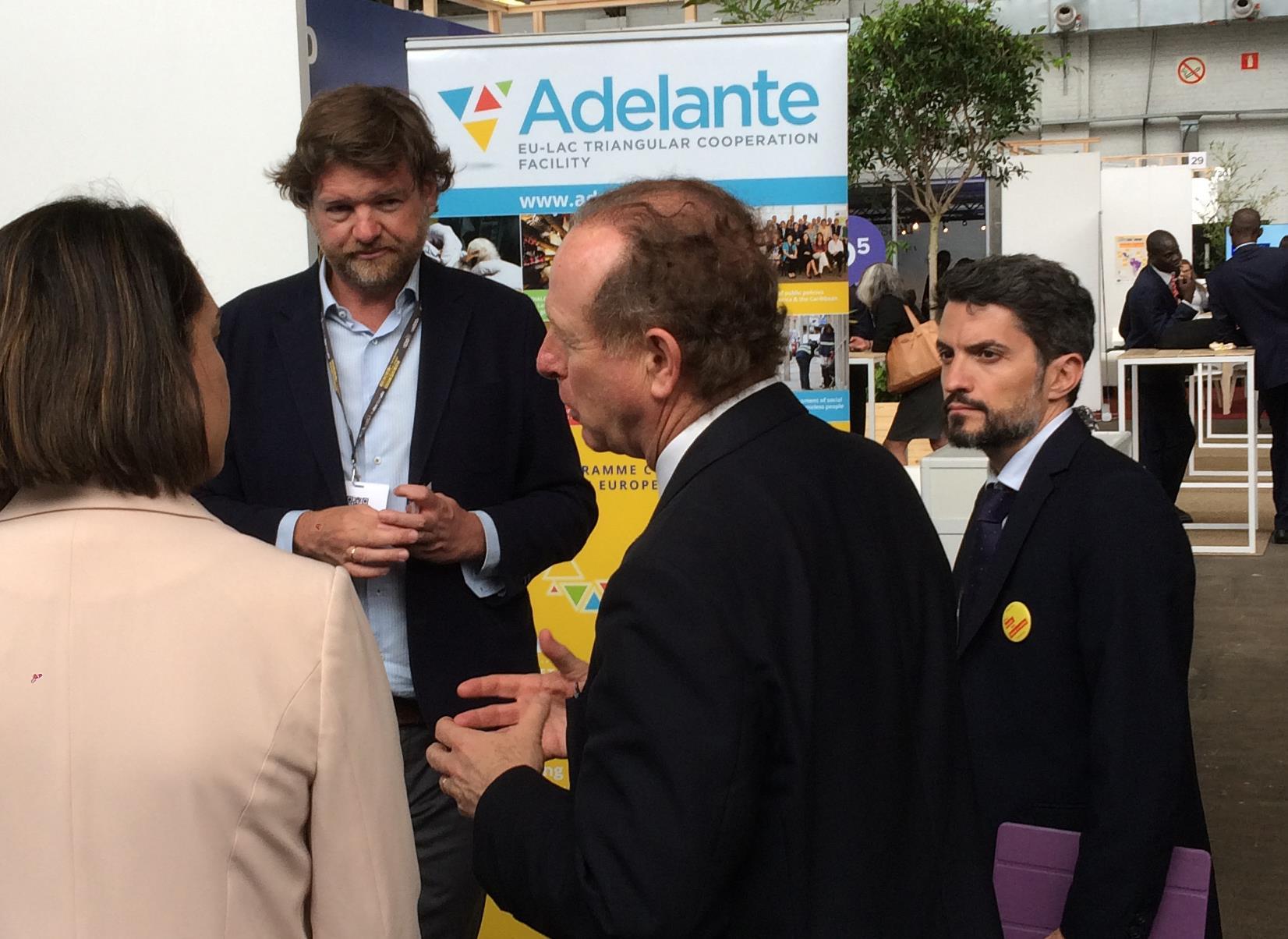 Javier Gavilanes, Jefe de Equipo de la Asistencia Técnica presentando los proyectos de ADELANTE a Luis Tejada, director de la Agencia Española de Cooperación Internacional y a su equipo.