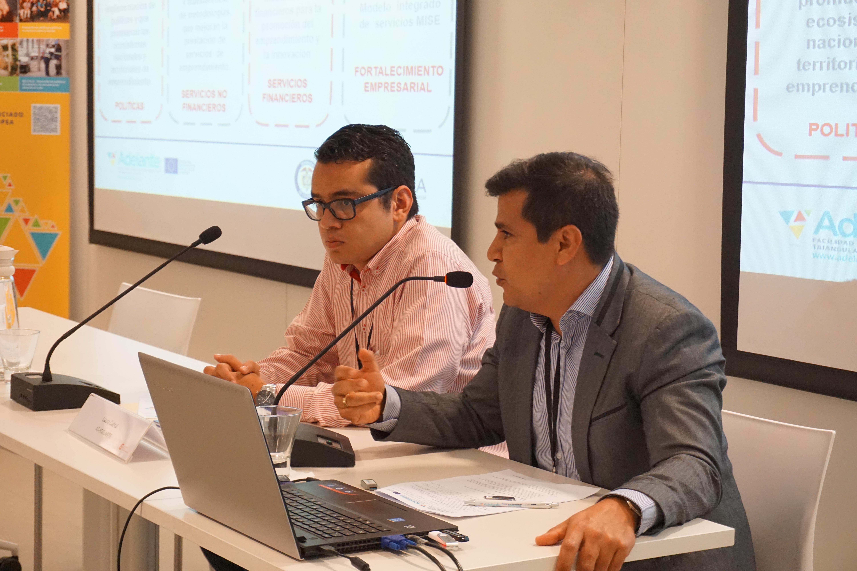 De izq a derec. : Mario Barreto y Edwin Gomez del Proyecto EDEM - APC Colombia