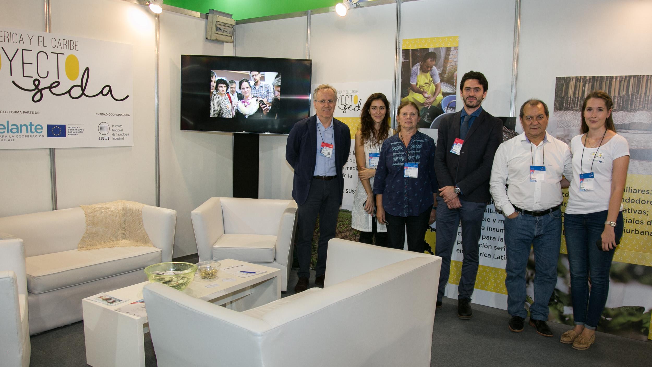 La coordinadora del Proyecto Seda, Ing. Patricia Marino, junto al equipo del Centro INTI-Textiles y los expertos de la Unión Europea.