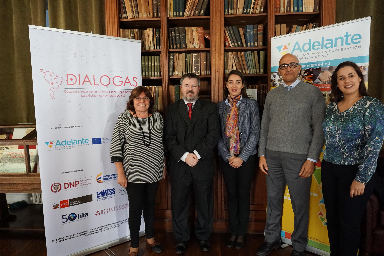 Eloisa García, coordinadora del Proyecto DIALOGAS, Laura Cabral y Hicham Boughdadi del equipo de Asistencia Técnica de ADELANTE con los anfitriones del taller.