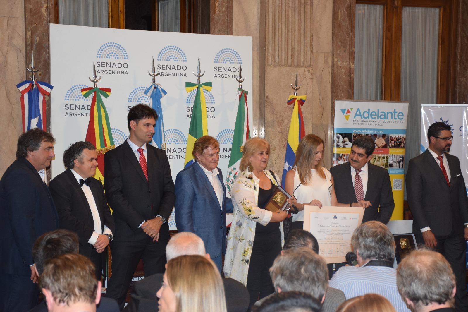 Alcaldesa Graciela Echenique recibiendo el Tomás Cresto