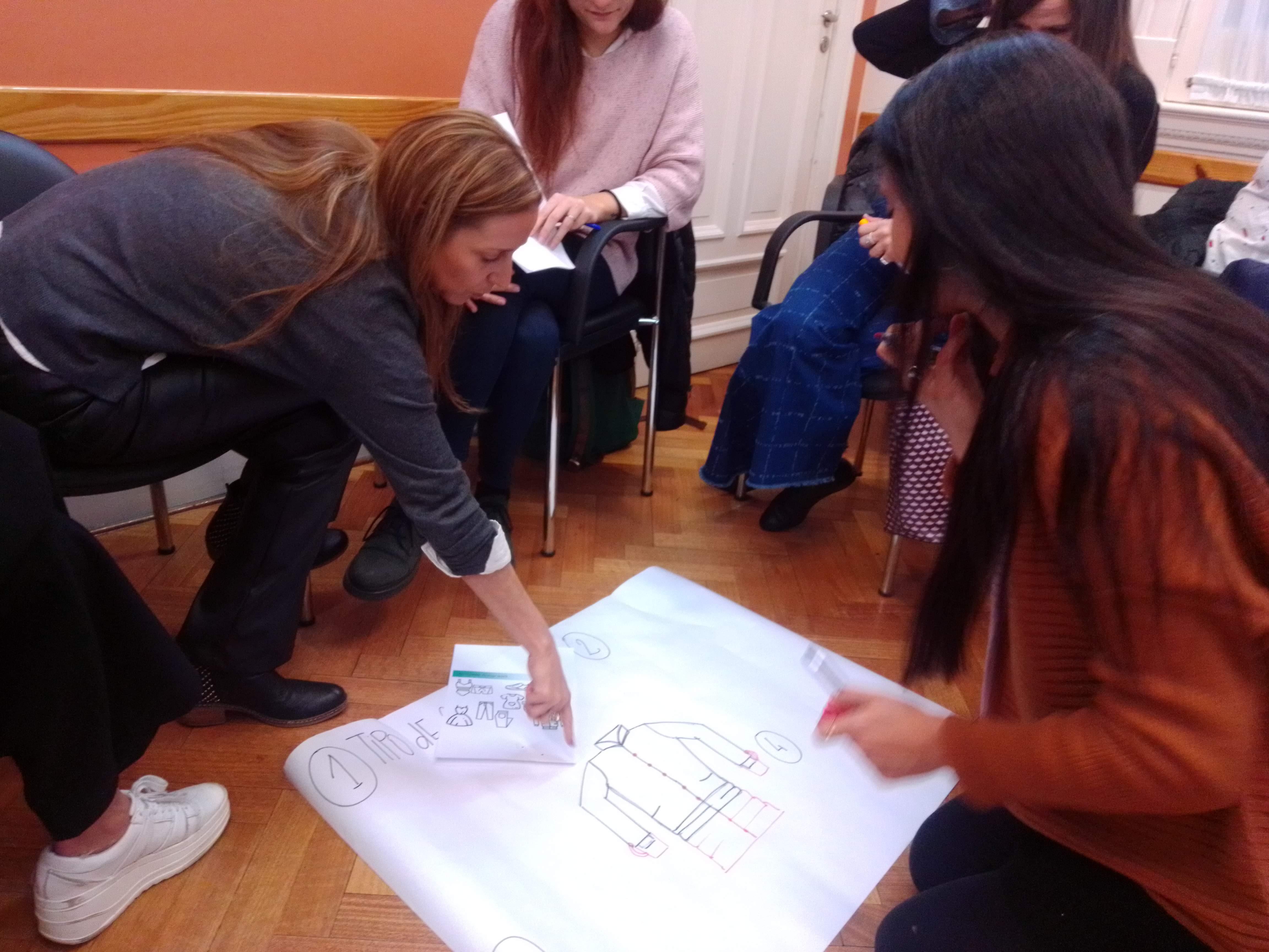 En el Workshop los participantes trabajaron en grupos para diseñar prendas desde una perspectiva de economía circular.