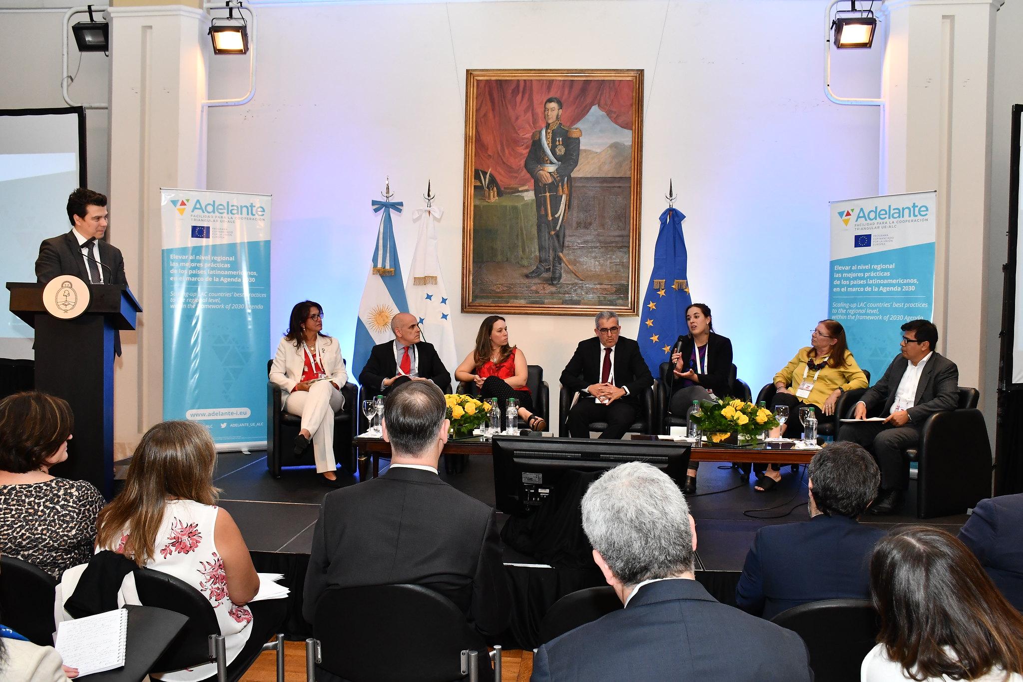 Claudio Salinas, Jefe de Sector en la Dirección de Cooperación para América Latina y el Caribe - UE, iniciando el diálogo con los proyectos ADELANTE.