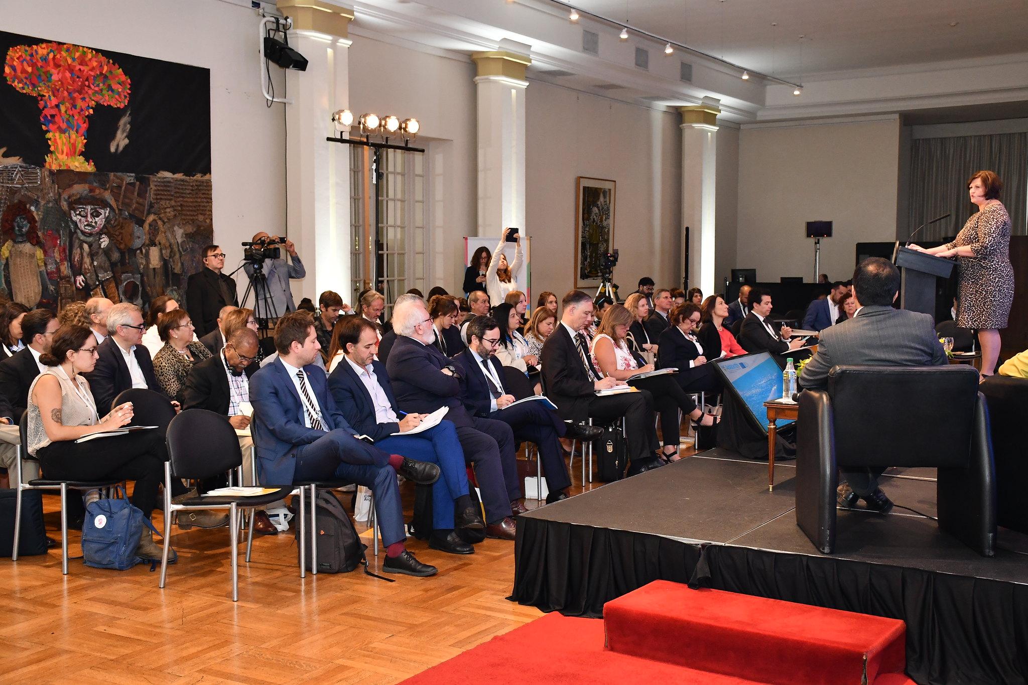 Jolita Butkeviciene, Directora para América Latina y el Caribe en la Dirección General de Cooperación y Desarrollo - UE dando las palabras de bienvenida al numeroso público presente.