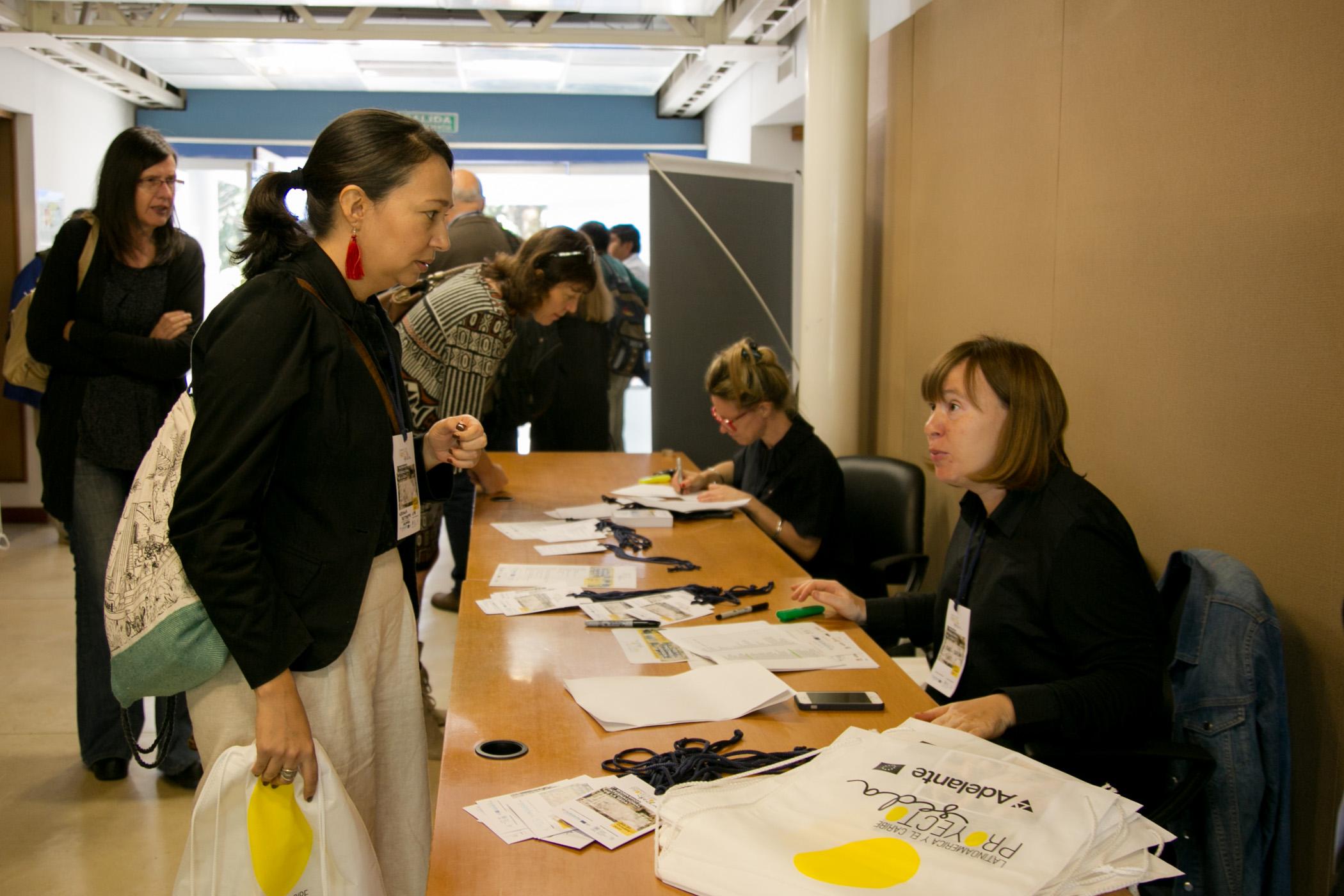 Mesa de inscripciones al 1° Workshop Internacional de la Seda