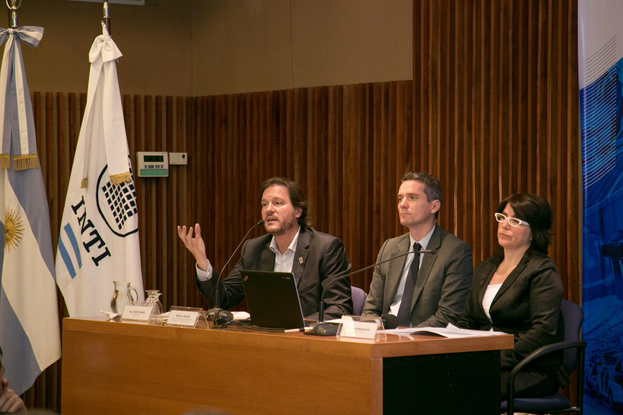 De izquierda a derecha, Ing. Javier Ibañez, presidente del INTI; Martín Pouliot, jefe de la sección Economía y Comercio de la Unión Europea (UE); y la Cónsul Ana Sarrabayrouse, representante de la Dirección General de Cooperación Internacional de la Cancillería Argentina.