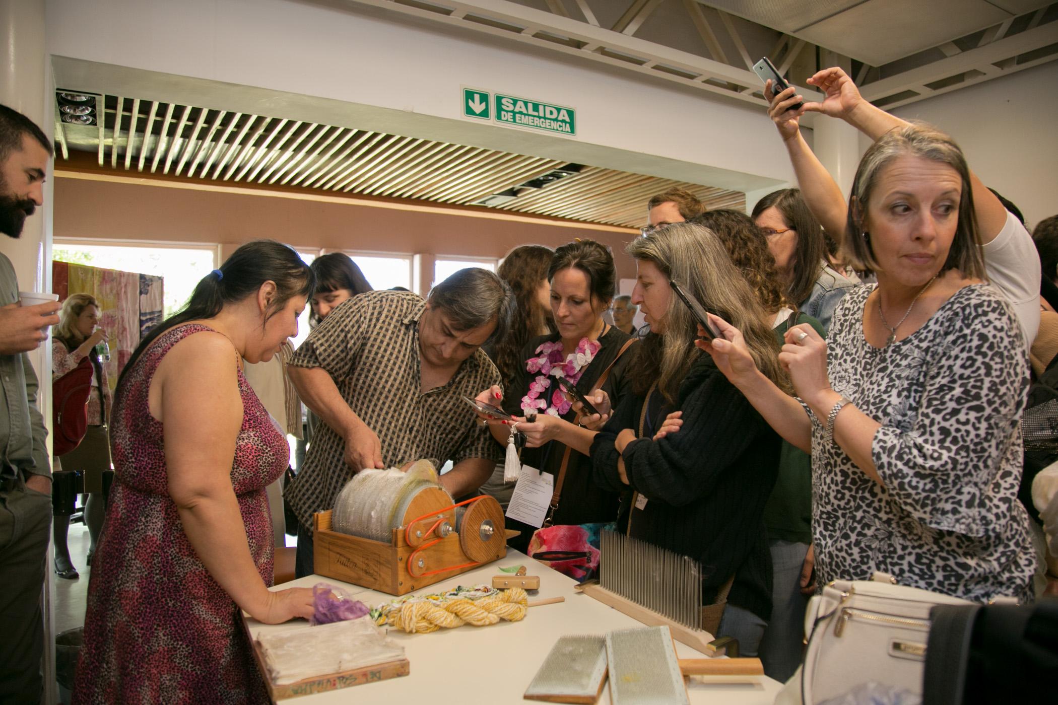 Demostraciones de peinado de seda y mezcla de fibras con una carda manual en la exhibición sobre seda arte y tecnología, 1° Workshop Internacional de la Seda